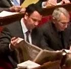 Franck Reynier lisant le journal
